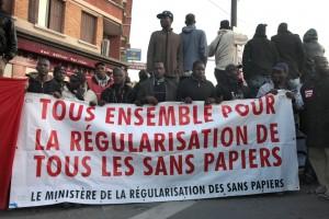 banderole du ministère de la régularisation sur le chantier du tram RATP